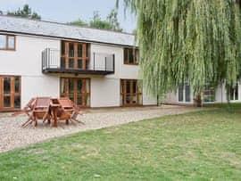 Ashdene Cottage, sleeps 12 in Royal Wootton Bassett.