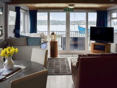 Houseboat Heyvon thumbnail 1