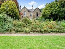 Holmefield House, sleeps 14 in Matlock.