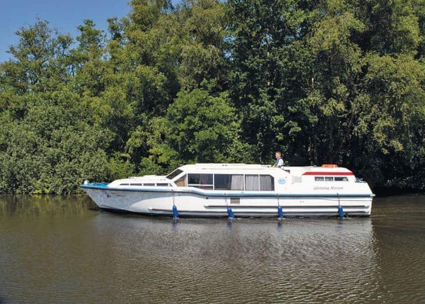 Glistening Horizon Boat Hire