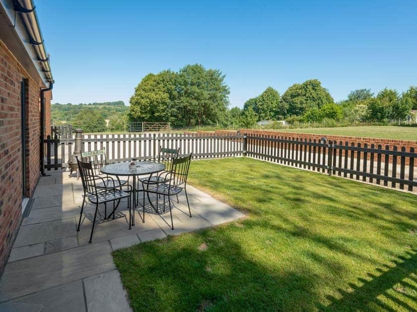 Enclosed lawned rear garden | Courtyard Cottage - Tower Farm Garden Holiday Lets, Soberton, near Southampton
