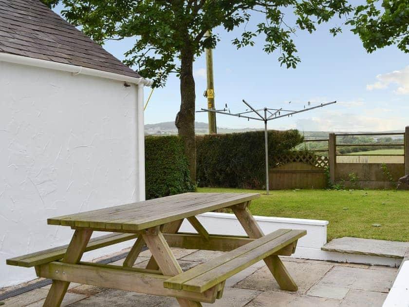 Picnic-style outdoor eating area | Deuglawdd Cottage - Deuglawdd Farm, Aberdaron, near Pwllheli