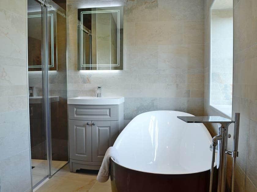 Superb en-suite bathroom | Garth Cottage - Garth House, Brampton