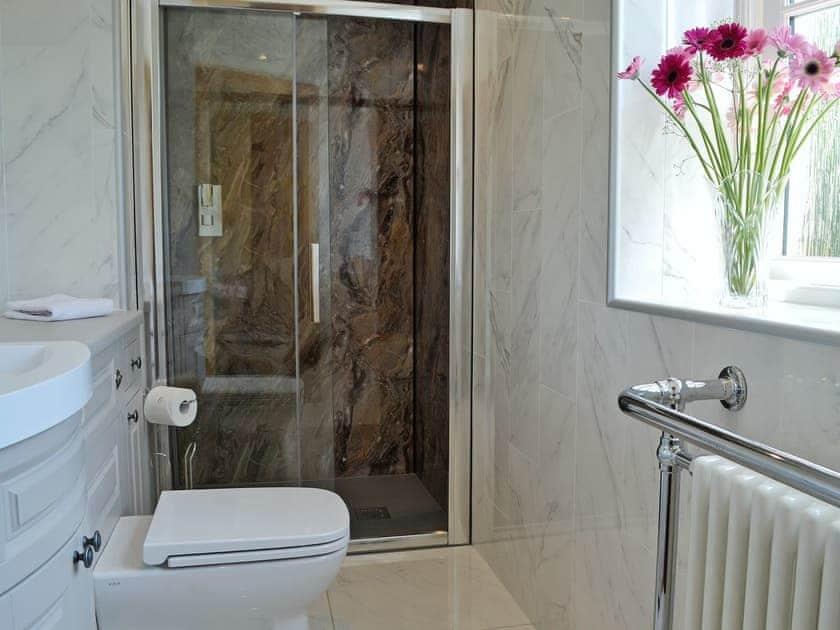 Useful en-suite shower room | Garth Cottage - Garth House, Brampton