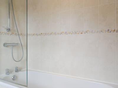 En-suite bathroom with shower over bath | Mickle Hill Mews, Gargrave, near Skipton