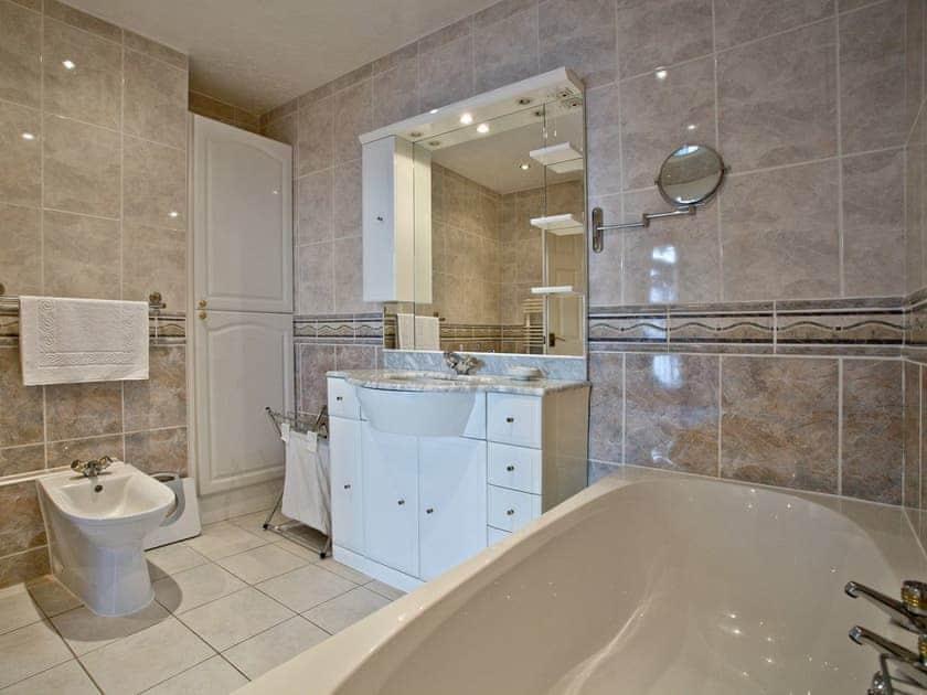 En-suite | Ocean Shangri-La, Bay Fort Mansions - Bay Fort Mansions, Torquay