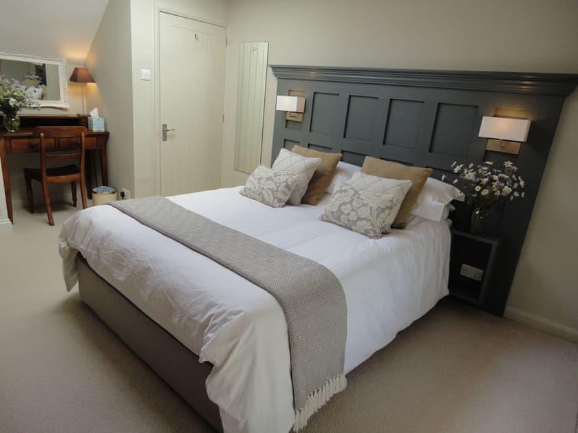 Bedroom with king sized bed | Portland Cottage, Helhoughton, near Fakenham