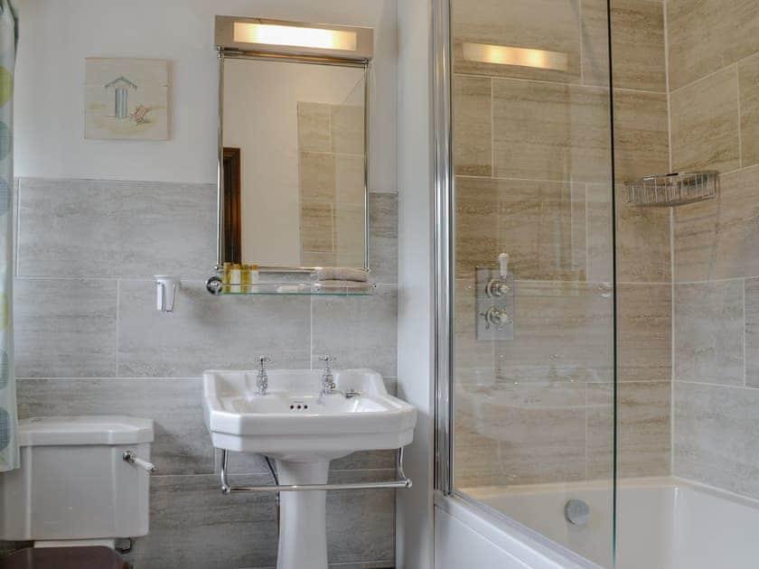 En-suite bathroom | Roselber - Stonelands Farmyard Cottages, Litton near Kettlewell