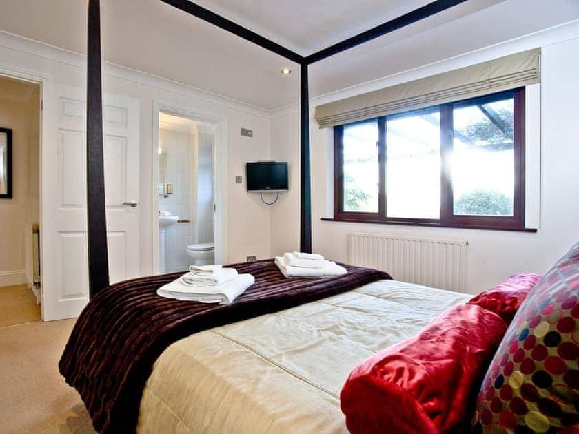 Bedroom with en-suite facilities | Honeysuckle, Woodland Retreat - Woodland Retreat, Wadebridge
