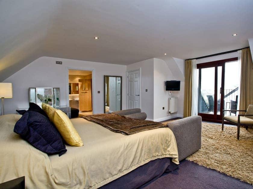 Roomy master bedroom with balcony and en-suite   Lily, Woodland Retreat - Woodland Retreat, Wadebridge
