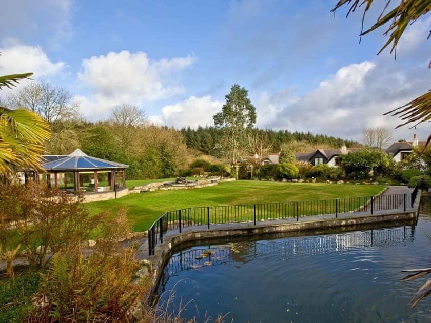 Well-kempt lawns and gardens   Lily, Woodland Retreat - Woodland Retreat, Wadebridge