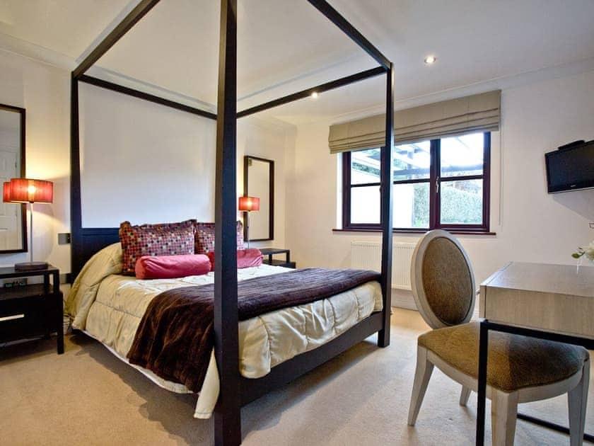 Pretty four poster bedroom with en-suite | Orchid, Woodland Retreat - Woodland Retreat, Wadebridge