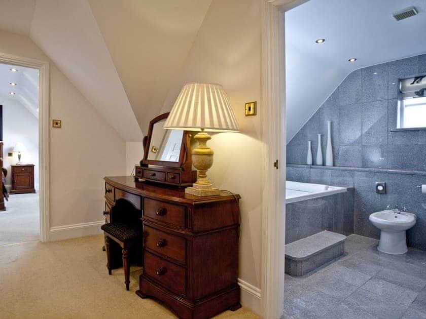 Stylish bedroom with en-suite | Primrose, Woodland Retreat - Woodland Retreat, Wadebridge