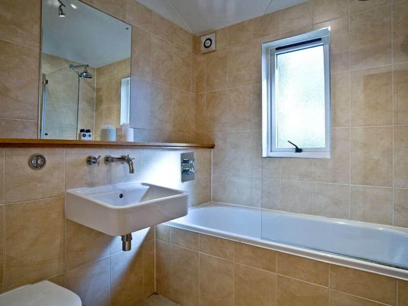 En-suite with bath | Hunters Lodge, 2 Indio Lake - Indio Lake, Bovey Tracey