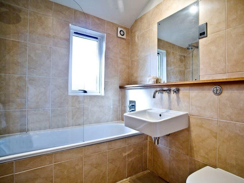Bathroom with shower over the bath | Hunters Lodge, 2 Indio Lake - Indio Lake, Bovey Tracey