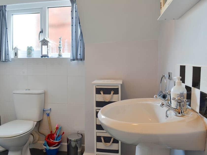 Tiled bathroom | Holbeck Apartment, Scarborough
