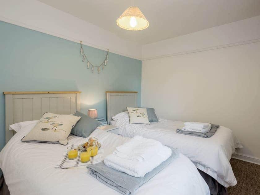 Attractive twin bedroom | West End Cottage, Sheringham