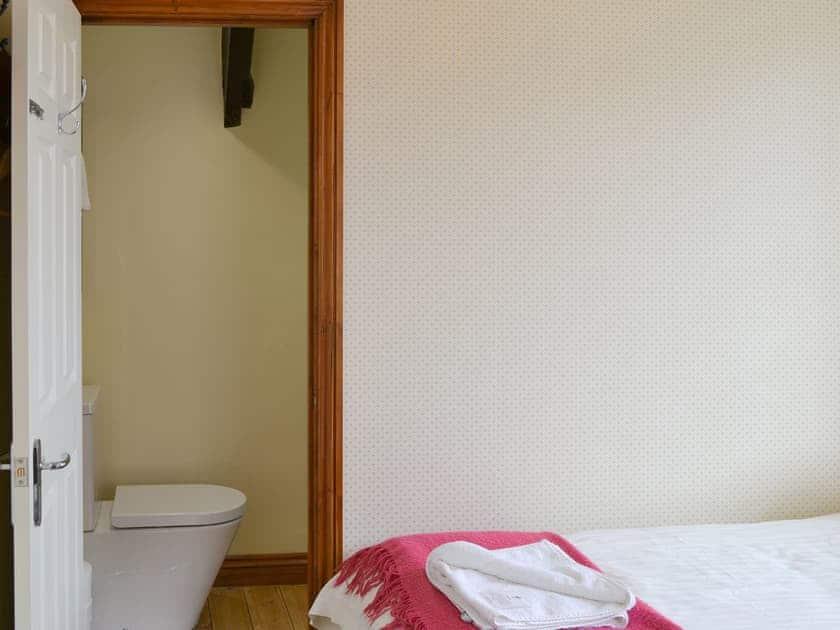 Light and airy en-suite twin bedroom | Dunstan Hall, Craster