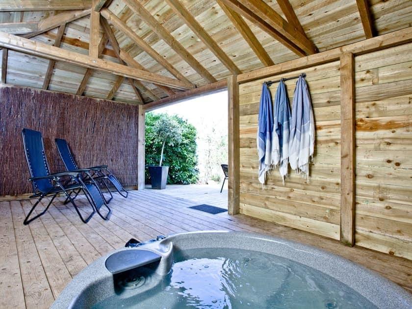 Luxurious hot tub enclosure | Lake Side Apartment, 15 Indio Lake - Indio Lake, Bovey Tracey