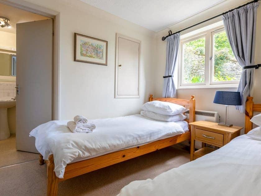 Twin bedroom with en-suite | Estuary House, Flat 3, Salcombe