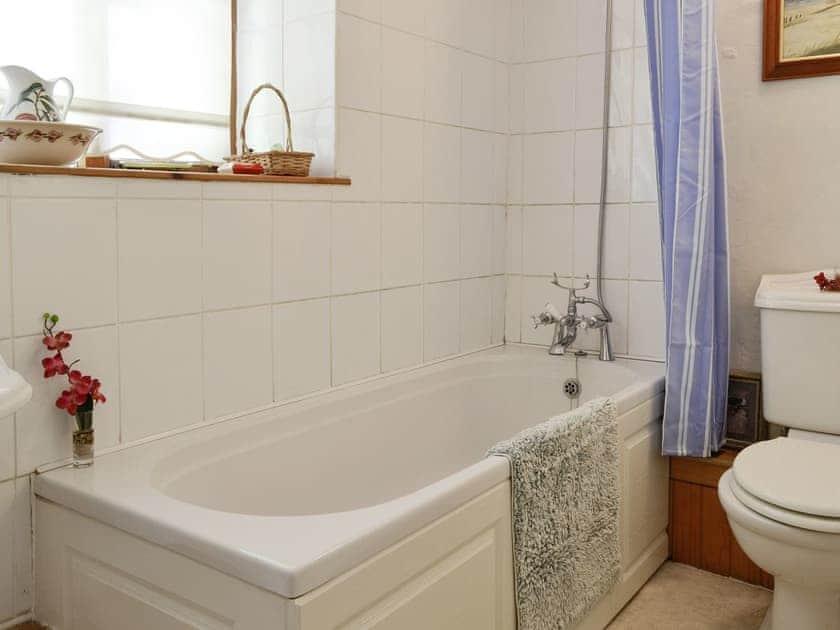 En-suite bathroom with shower over bath | Coynant Farm Cottages - Barn Cottage - Coynant Farm, Felindre, near Swansea