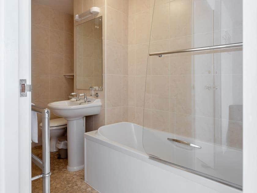 En-suite bathroom | Upper Deck, Salcombe