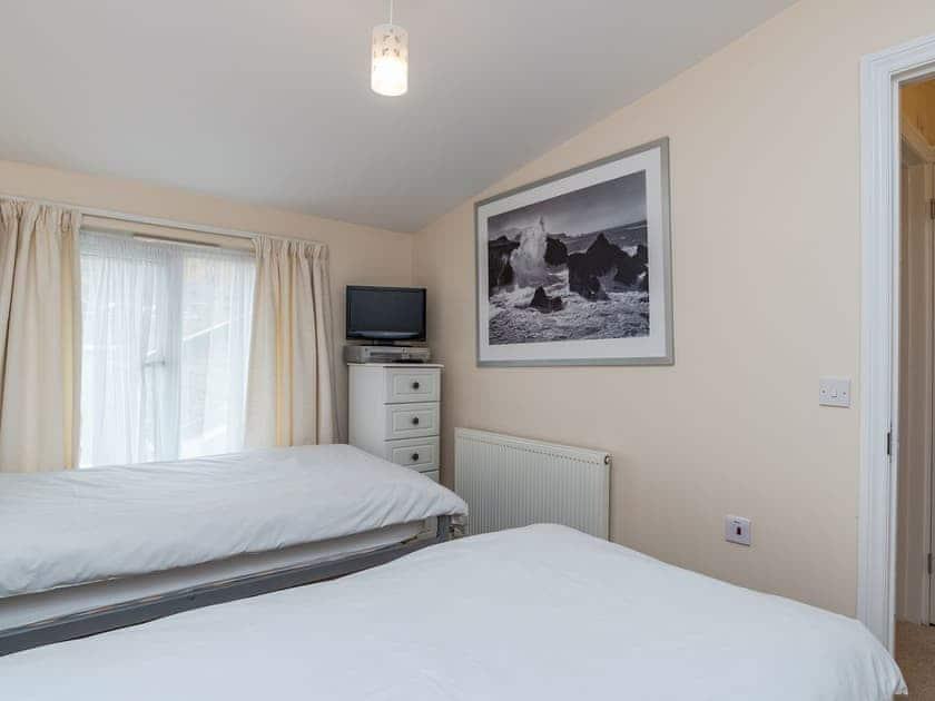 Twin bedroom | Sea Front House 5 - Golden Bay Holiday Village, Westward Ho!