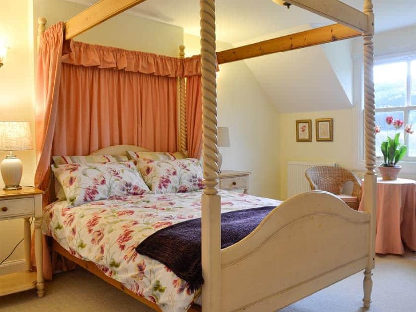 Four poster bedroom | Heather Lodge - Cally Farm Cottages, Ballintuim, near Blairgowrie