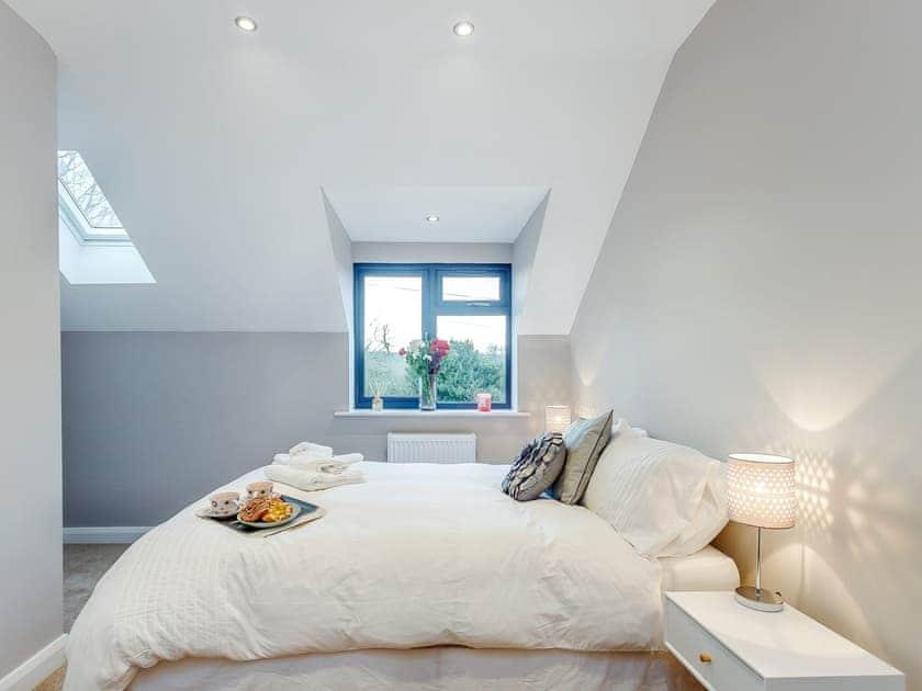 Sumptuous double bedroom with kingsize bed  | Paddocks View, Newbold Coleorton, near Ashby de la Zouch