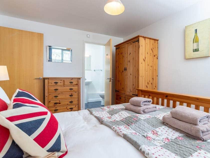 Relaxing double bedroom with en-suite | 4 Belvedere Court - Belvedere Court, Paignton