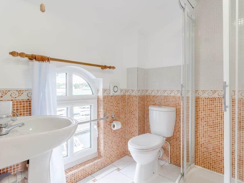 Shower room   Top Sail - The Sail Loft, Wroxham