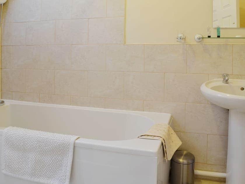 The convenient en suite bathroom | Grooms Cottage, Suffield near Scarborough