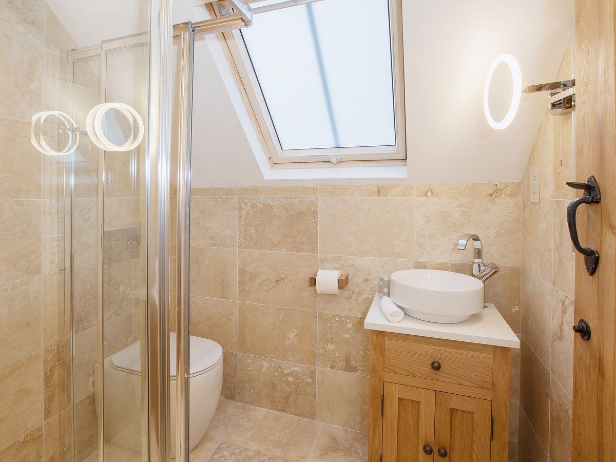 Trent bathroom suites - Dove Farm Barns 5 Emerald Dove Barn Ref Ukc80 In Caverswall Near Stoke On Trent Staffordshire Cottages Com
