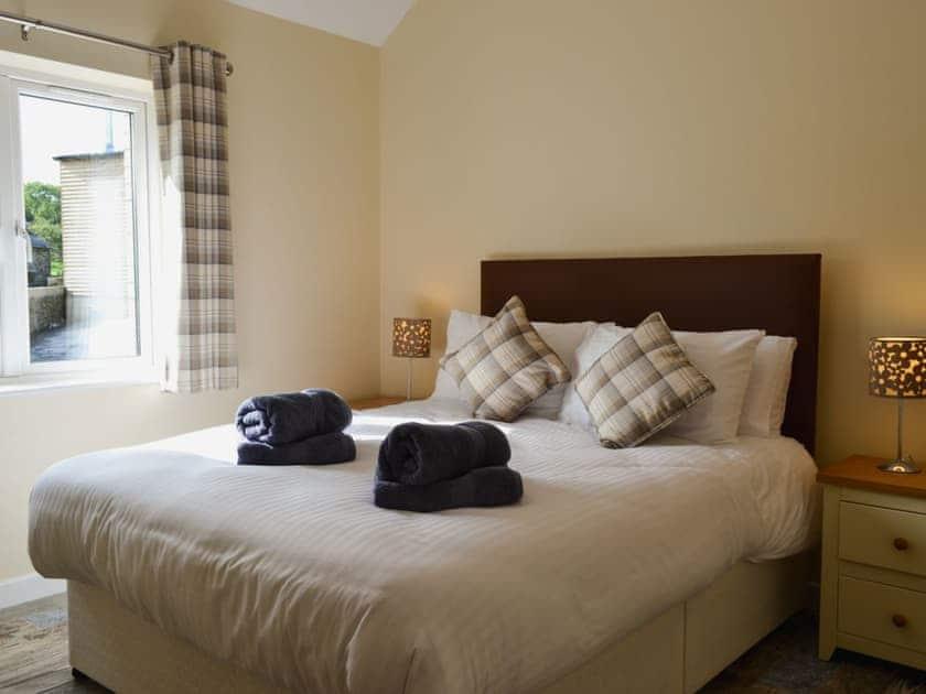 Bedroom with kingsize bed | Roath - Hafan Dawel Cottages, Cilcennin, near Aberaeron