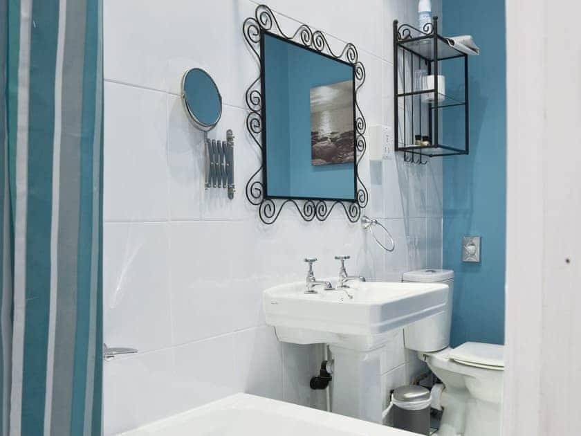 Ideal en-suite | Holmefield Coach House - Holmefield, Darley Dale, near Matlock