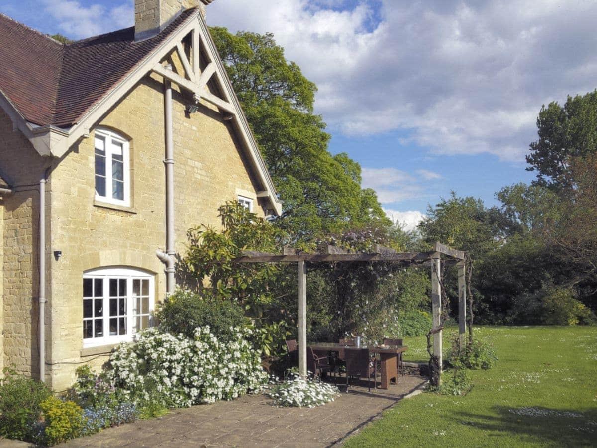 Bruern Holiday Cottages Epsom ref UKC1151 in Bruern near