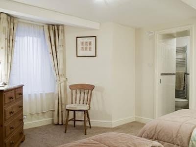 Lower ground floor twin bedroom with convenient en-suite | Tilberthwaite - Elterwater & Tilberthwaite, Bowness on Windermere