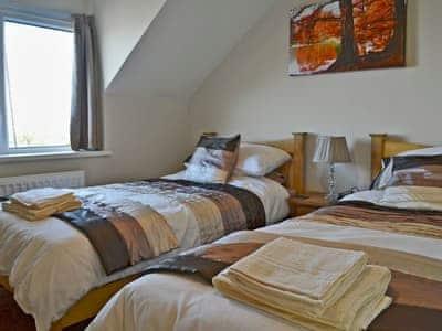 Cosy twin bedroom   Bwthyn Tyddyn Sachau, Y Ffôr, near Pwllheli