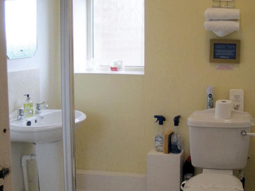 Shower room | Chaplin - Tathwell Lodge, Little Tathwell, near Louth