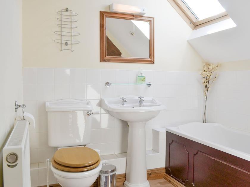 En-suite bathroom | The Byre - Ruxton Farm, Kings Caple, near Ross-on-Wye