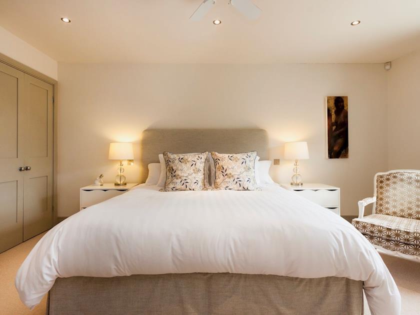 Super kingsize bedroom with en-suite bathroom | Rew Orchard, Salcombe
