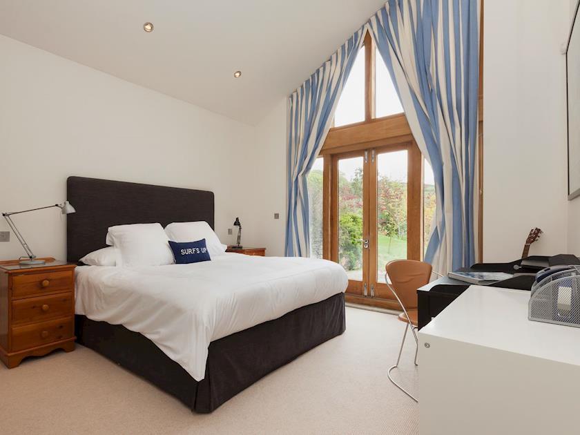 Super kingsize bedroom with en-suite wet room | Rew Orchard, Salcombe