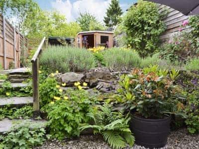 4 steps to further garden | Appletree Cottage, Presteigne, near Powys