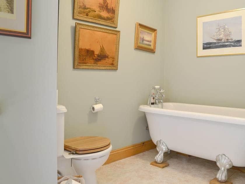 En-suite bathroom | Mill Farmhouse - Maunsel House Estate Cottages, Bridgwater