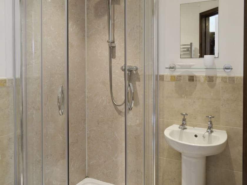 En-suite shower room | Homeleigh Barn - Burracott Farm, Poundstock, Bude