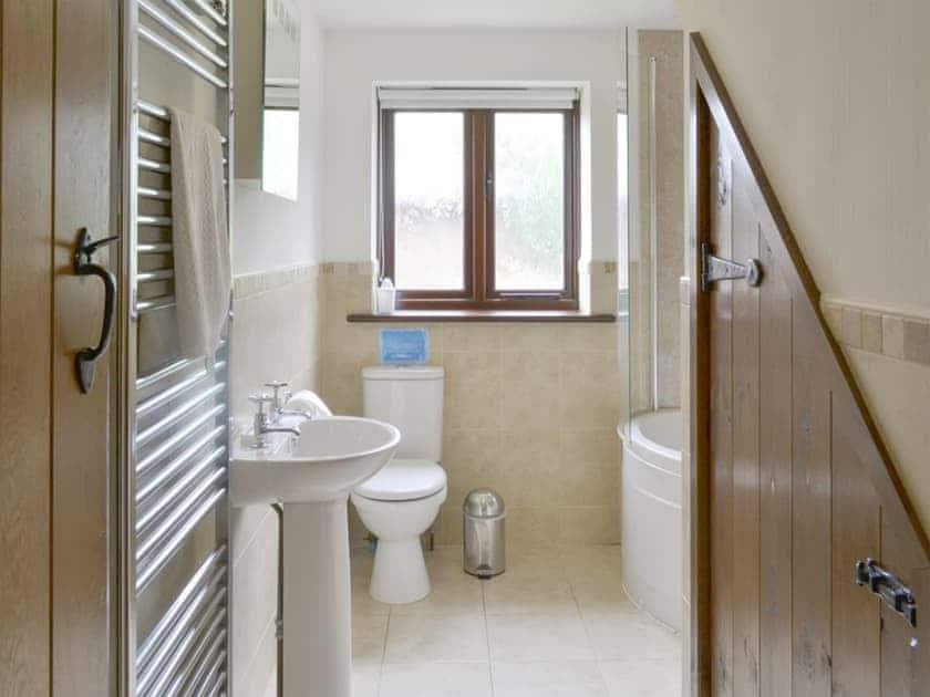 Family bathroom with shower over bath | Homeleigh Barn - Burracott Farm, Poundstock, Bude