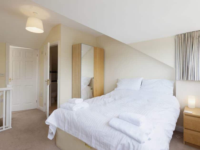 Double bedroom with en-suite shower room | Oakridge, Salcombe
