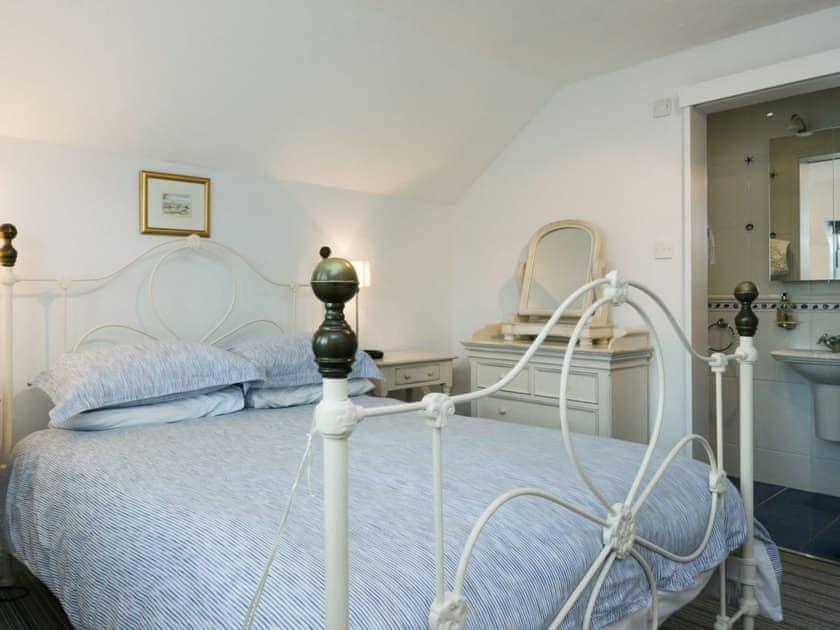 Charming double bedroom with en-suite shower room | Island Quay 9, Salcombe