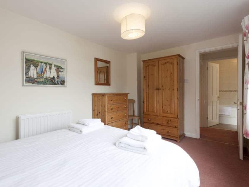 Relaxing bedroom with kingsize bed and en-suite bathroom   Garston, Salcombe