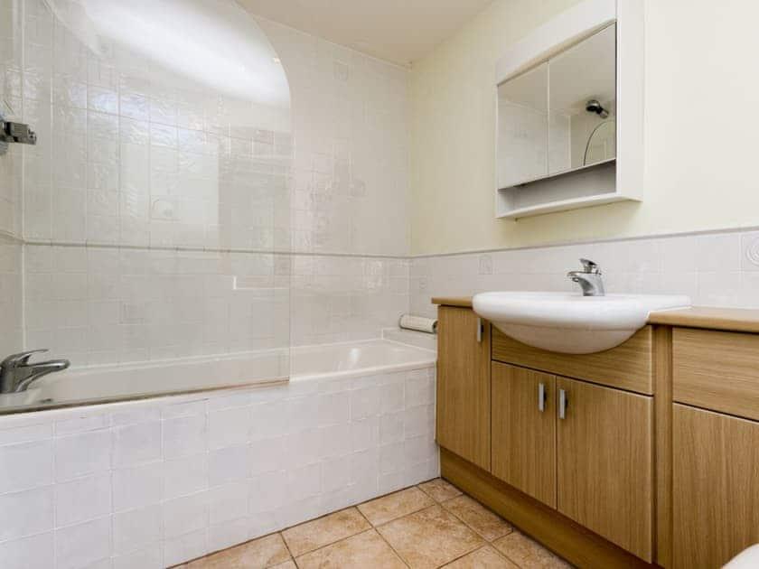 En-suite bathroom | Hanger Mill Barn, Salcombe